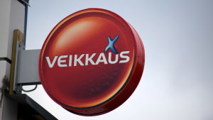 En skylt med tipsbolaget Veikkaus logo.