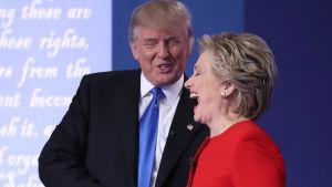 Donald Trump och Hillary Clinton efter den första direktsända tv-debatten 26.9.2016