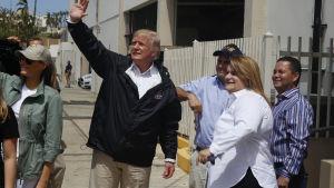 USA:s president Donald Trump besökte orkandrabbat Puerto Rico.