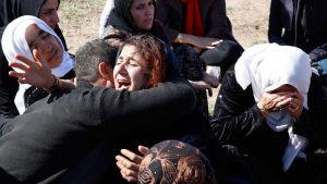 Människor i Sarpol-e-Zahab sörjde sina omkomna anhöriga på måndagen.