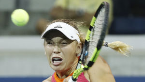 Caroline Wozniacki slår bollen.