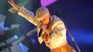 Bild på Robyn som uppträder i Hamburg 2011.