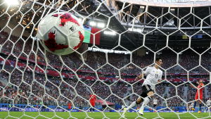 Lars Stindl gör mål för Tyskland.