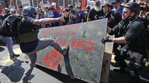 Vita nationalister och nynazister drabbar samman med motdemonstranter i Charlottesville, Virginia, i USA den 12 augusti.