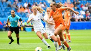 Lieke Martens utmanar Katie Bowen.