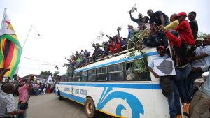 Människor samlas i Harare för massdemonstrationer mot Robert Mugabe 18.11.2017.