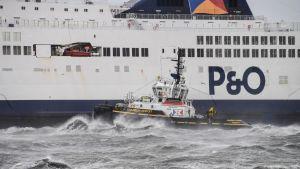 Passagerarfärja körde på grund utanför Calais