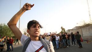 Demonstranter utanför regeringsbyggnaden i Basra