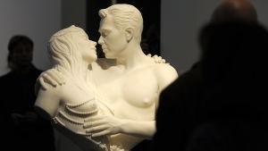En skulptur av en kvinna och en man som kysser varandra