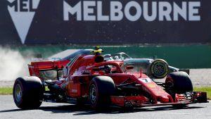 Kimi Räikkönen tvingar ut Valtteri Bottas på sanden.