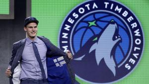 Lauri Markkanen på NBA-draften 2017.