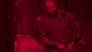 Muskelknutten Everst beredd att möta farorna i en tom korridor.