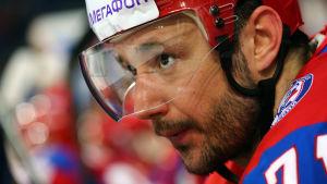 Punaiseen peliasuun pukeutunut venäläinen jääkiekkoilija Ilja Kovaltshuk katsoo lähikuvassa vasemmalle.