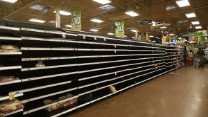 Tomma brödhyllor i en matbutik i Houston, Texas den 24 augusti 2017 då människor förberett sig för orkanen Harvey.