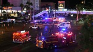 Räddningsfordon med blåljusen aktiva står i Las Vegas, efter skjutningen mot en countryfestival.