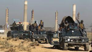 Irakiska styrkor kör igenom ett oljefält på väg mot Kirkuk 16.10.2017.