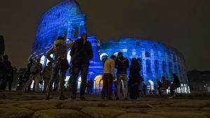 Colosseum i Italien upplyst i blå färg.