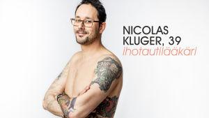 Nicolas Kluger studiokuvassa.
