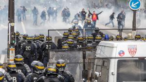 Polisen i Paris använde tårgas för att skingra demonstranter.