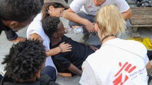 Försvagade människor räddas ombord på fartyget Aquarius