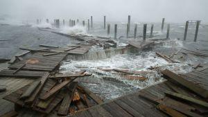 Pir förstörd av vattenmassor i samband med orkanen Florence.
