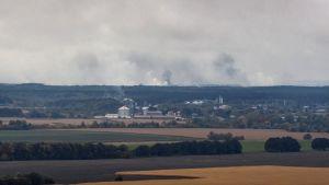 Rök stiger upp från det brinnande ammunitionslagret i Tjernihiv
