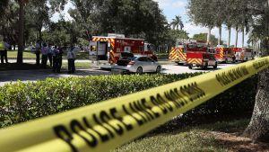 Polis och brandbilar utanför kongressledamot Debbie Wasserman Schultzs kontor i Sunrise, Florida på onsdagen.