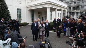 Nancy Pelosi, Steny Hoyer, Charles Scumer och Dick Durbin talar efter ett möte med president Donald Trump.