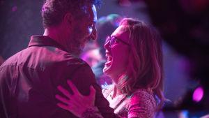 Gloria Bell dansar med sin nyvunna kärlek.