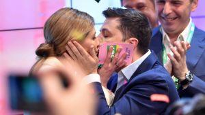 Volodymyr Zelenskyi kysser sin hustru Olena efter att det första resultatet från vallokalsutfrågningarna har offentliggjorts 21.4.2019