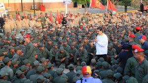 Venezuelas president Nicolas Maduro talar till soldater.