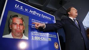 Åklagaren visar upp officiell brottslingsbild av Jeffrey Epstein.