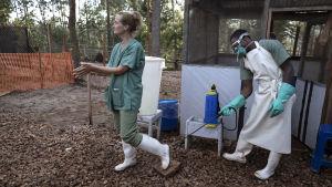 Anna Sjöblom desificerar sina skor under kampen mot ebola i Afrika.