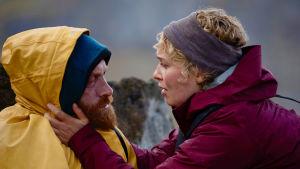 Kristofer Hivju och Rebekka Nystabakk står och håller om varandra.