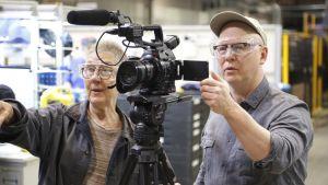 Regissörerna Julia Reichert och Steven Bognar bakom en kamera.