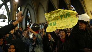 Människor demonstrerar mot val av biskop i Chile 2015.