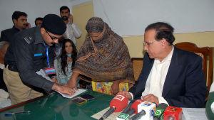 Provinsen Punjabs guvernör Salman Taseer mördades år 2011 efter att ha försvarat Asia Bibi (till vänster)