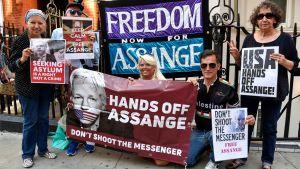 Anhängare till Julian Assange utanför Ecuadors ambassad 1.8.2018