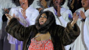 Aretha Franklin i stor brun päls vid julgranständning i New York