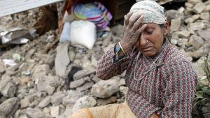 En kvinna sörjer i Nepal.