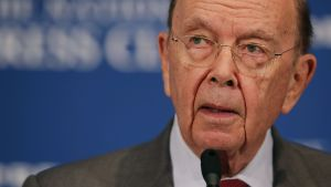 Handelsminister Wilbur Ross, 80 år, framför mikrofon på presskonferens