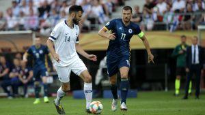 Tim Sparv och Edin Dzeko i matchen mellan Finland och Bosnien 2019.