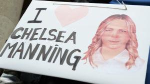 Ett plakat som uttrycker stöd för visselblåsaren Chelsea Manning.