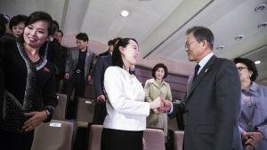 Kim Jong-Uns syster Kim Yo-Jong gjorde stort intryck på sydkoreaner. Här skakar hon hand med Sydkoreas president Moon Jae-In