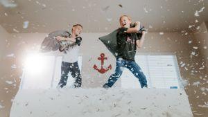 Barn som har kuddkrig