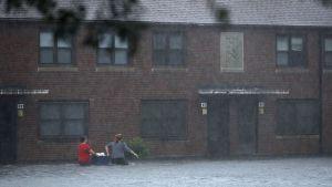 Folk försöker rädda sina ägodelar från sina hem och vadar genom vattenmassorna på en gata i New Bern i North Carolina i samband med orkanen Florence.