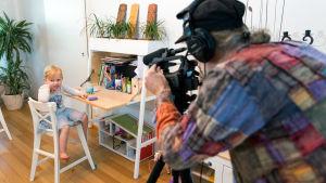 Youtubern Matthew Dorman filmar sin dotter.