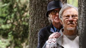 Michael Caine ja Harvey Keitel kurkkivat puun takaa. Kuva elokuvasta Youth.