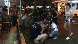Invånare i Jakarta samlas ute på gatan efter jordbävningen som slog till mot den indonesiska ön Java.