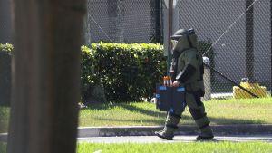 En bombtekniker som undersökte ett misstänkt paket i kongressledamot Debbie Wasserman Schultzs kontor i Sunrise, Florida i onsdags.